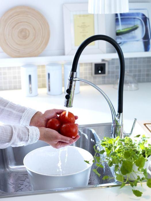 Uma bacia para o lava-loiça é a solução ideal para salvar a água de lavar frutas e legumes.
