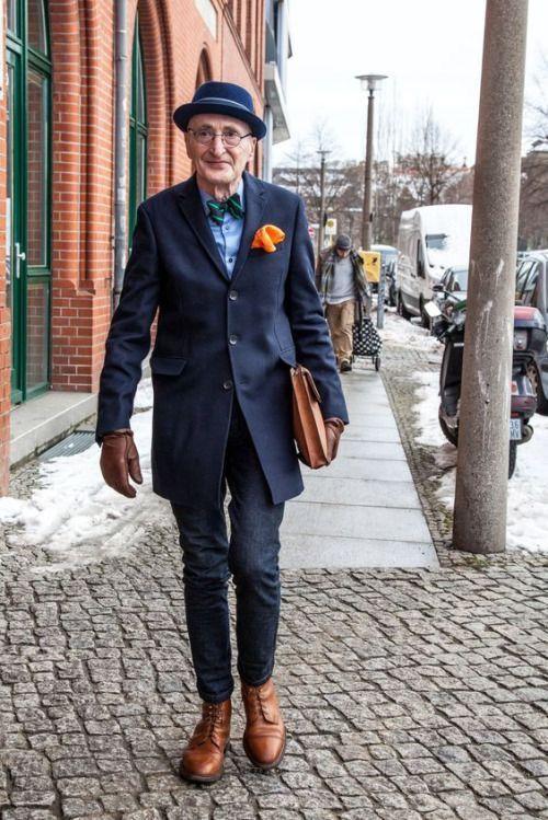 11/16私のお客様も住むドイツ、ベルリンのおじいちゃん。デニムのキレイ目コーデが大変にオシャレ♡青×緑×オレンジの分裂補色配色。(週末GSAレッスンで配色のおさらい講義をしたばかりなので、配色名が浮かんじゃう〜。おじいちゃんの前では「分裂補色配色」なんて野暮な響きね) ちなみにドイツに移住された私のお客様には、宅配にてお洋服をお届けしています。クール×ラブリータイプの女性です♡