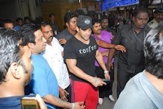 Salman khan at Lilavati Hospital Mumbai after Accident on Dabangg 2 Set | Bollywood Cleavage