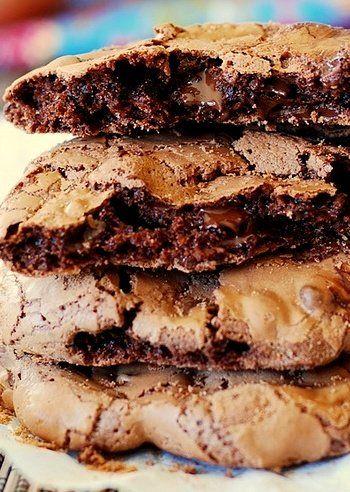 Bűnös dolog a csokis keksz. :) Főleg amiben ennyi csoki van... ne is próbáld meg kiszámolni a kalóriatartalmát. Sok. A recept amúgy igen egyszerű,...
