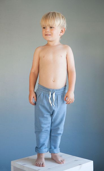 AUGUST Relaxed pants - Dusty blue. Photo: Therese Fische