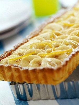 Joghurtos banános pite   Keverd habosra a vajat a cukorral, majd add hozzá a tojásokat, a sütőporral kevert lisztet, valamint a joghurtot. Válaszd egy kisebb és egy nagyobb részre a tésztát. ...