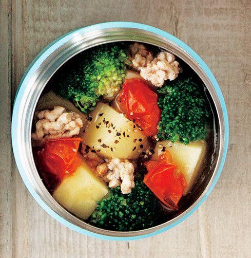 """野菜の具だくさんスープ    """"最近、太り気味"""" """"冷え性で困っている""""etc。女性が抱きがちな2大お悩みもスープで解消! マキアオンライン 材料 (1人分) じゃがいも(1.5㎝の角切り) 50g 玉ねぎ(1.5㎝の角切り) 20g ミニトマト(4等分) 3個分 ブロッコリー 3房 ■ A 豚ひき肉 40g 塩、こしょう 各少々 酒 小さじ2 ■ B コンソメ 小さじ1強 黒こしょう 少々  作り方 1 スープジャーにじゃがいも、玉ねぎ、ミニトマト、ブロッコリーを入れ、熱湯を注いでフタをし、軽く振って2分温める。 2 具材が出ないよう内ブタを使って湯切りをする。 3 その間に耐熱皿にAをのせ、ラップをしてレンジで約1分加熱する。 4 スープジャーに①のひき肉を汁ごととBを加えて内側の線の5㎜下まで熱湯を注ぐ。 5 フタをして、軽く振り、3時間おく。"""