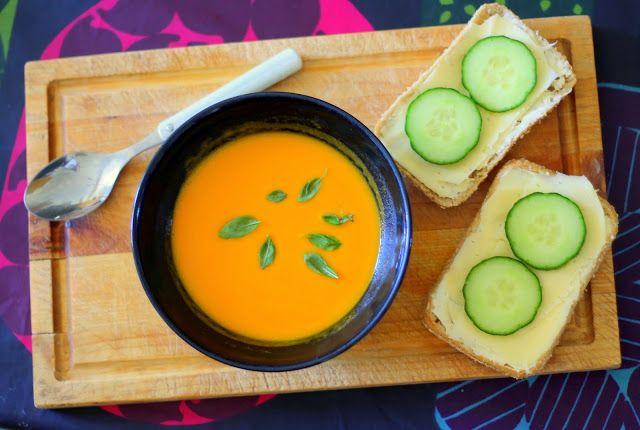 KASVISSOSEKEITTO (4: lle )    ½ iso bataatti   1 sipuli   3 porkkanaa   4 perunaa   7 dl vettä   1,5 kasvisliemikuutiota   ½ pkt Kosken...