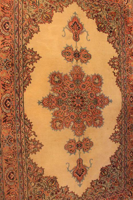 Mooie oude handgeknoopte oosterse tapijt. Kayseri Qum patroon 142 cm x 220 cm tapijt gemaakt in Turkije rond 1950  Een handgeknoopte Perzische oosters tapijt wordt aangeboden. Deze tapijten worden vervaardigd in gerenommeerde knopen gebieden.Kijk op het tapijt met geduld en aandacht. Elk handgemaakttapijt is uniek in zijn ontwerp de schoonheid en de harmonie van kleuren en is daaromeen kunstwerk op zich.Provincie: KayseriGemaakt in TurkijeWol op wol rond 1950Ongeveer 350.000 knopen per…