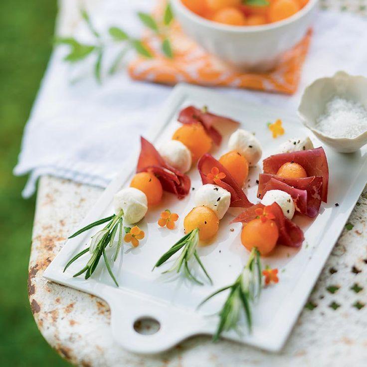 Brochettes melon/mozzarella/jambon de parme/romarin pour un apéro dans le jardin - Summer Skewer with melon/fromage/ham and rosemary - Marie Claire Idées