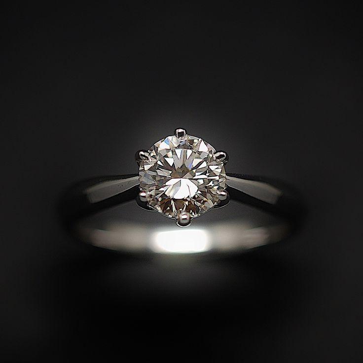 à vendre : 3350€ Solitaire Diamant 0.98 Cts J-VVS2 en Or 18 Cts . Taille 53. serti en son centre sur serti 6 griffes  d'un Diamant naturel taille brillant de 0.98 ct  Couleur : J ( Blanc Nuancé )  Pureté : VVS2 ( Minuscules inclusions)  diamètre pierre : 6.4 mm  poids : 3.80 gr  Taille 53  Livré avec certificat de laboratoire LFG Paris pierre gravée sur le rondiste  mise à la taille offerte vendu avec facture Prix neuf du diamant seul : 6846 €