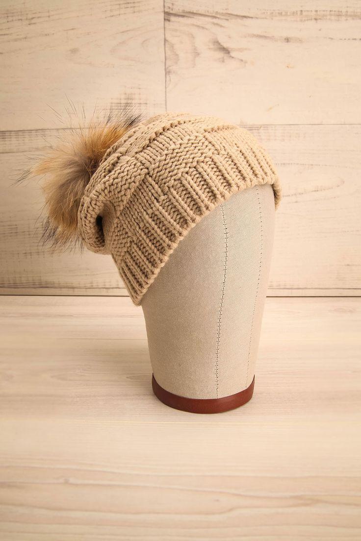 Tuque beige en tricot avec un pompon en fourrure - Beige knit hat with a fur pompom
