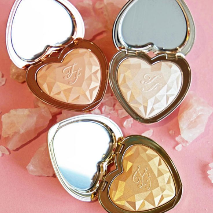 Too Faced lança iluminadores em forma de coração - http://www.pausaparafeminices.com/maquiagem/too-faced-lanca-iluminadores-em-forma-de-coracao/