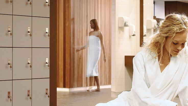 """Schlicht, flauschig und weich – das ist unser Duschtuch """"Secado"""". Als passender Begleiter für den Saunagang, den Wellness-Trip oder einfach zuhause im Badezimmer macht sich unser Duschtuch perfekt. Die schlicht moderne Optik in Kombination mit kbA Bio-Baumwolle sorgen für herausragende Eigenschaften."""