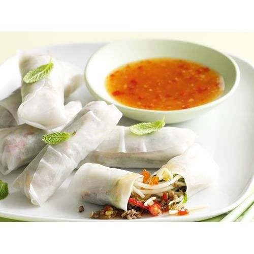 Lemongrass and beef rice paper rolls recipe. You can make these lemongrass and beef rice paper rolls ahead of time, just place them seam-side down on a tray lined with plastic wrap, cover with damp paper towel and refrigerate until ready to serve. #LowFat #Starter #Beef #Asian #shareplatetapas