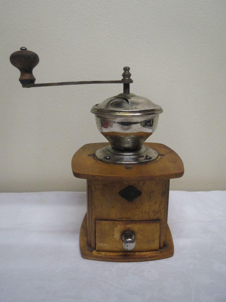 Ewa-merkkinen isokokoinen kahvimylly 30-luvulta. Ajan patinaa, mutta hyväkuntoinen.  Korkeus 24 cm.  50 euroa.