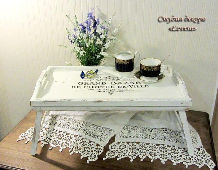 Кофейный столик. Окрашен меловой краской. Декор выполнен в технике декупаж (вживление распечатки).