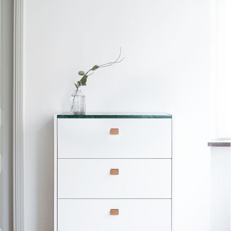 7000. Loft byrå TE4, vit/grön marmor i gruppen Möbler / Förvaring / Byråar hos RUM21.se (1022810)