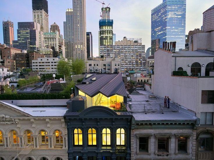 """Les designers et architectes de WORKac ont réalisé la rénovation d'un loft au dernier étage d'un immeuble historique dans le quartier de TriBeCa à New York. Ils ont également créé un nouvel étage et un toit sculptural visible depuis les immeubles voisins mais invisible depuis la rue.  """"Cette rénovation met en avant la structure historique et redéfinit les espaces conçus par l'intersection de l'ancien et du nouveau pour créer une combinaison d'espaces intimes et expansifs dans tout le..."""