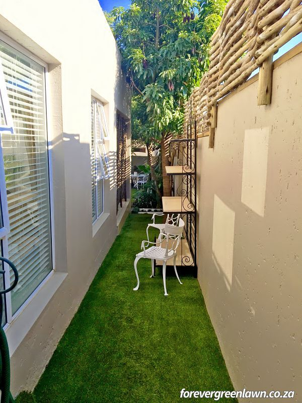 Client garden – a narrow alleyway becomes softer with artificial lawn.