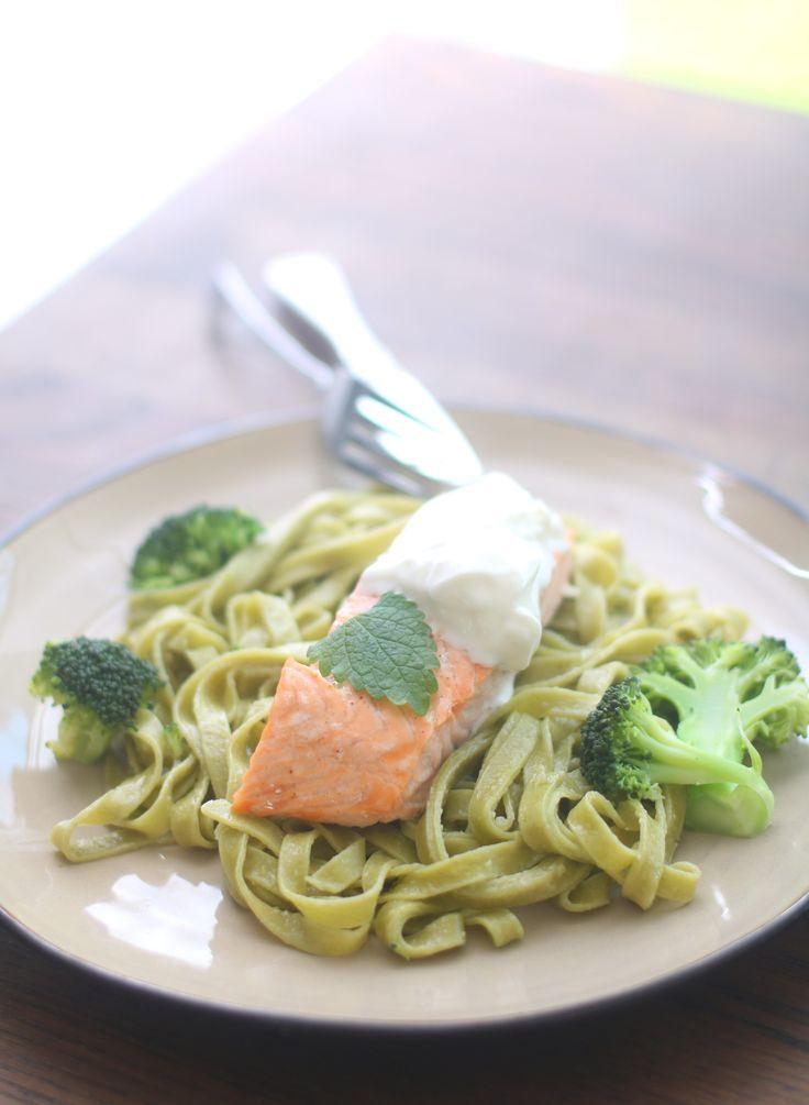 Ovnsbakt laks med pasta: 4 laksefileter 1 pakke grønnsakspasta (m/brokkoli og erter) 1 ss smør 1 brokkoli 3-4 ss kesam salt og pepper