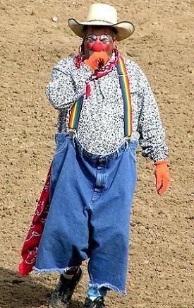 Los #Payasos de #Rodeo. Un #oficio peligroso y hasta algo suicida es el de entretener al público exponiéndose a una fatal cornada.