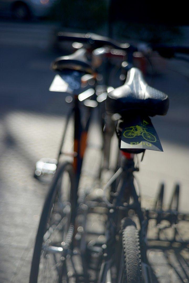 puru: Guardabarros trasero para bicicletas.   MercadoLimbo.com  Puru es un guardabarros para bicicletas: ultraliviano, estético, y fácil de colocar, para que el asfalto mojado ya no sea un problema. La lluvia no es más una excusa. Seguí pedaleando.   Totalmente personalizables con el diseño que quieras: logos, frases o imágenes. Están fabricados con polipropileno reciclado, reciclable y tienen garantía de por vida: cuando uno se daña, te damos uno nuevo.