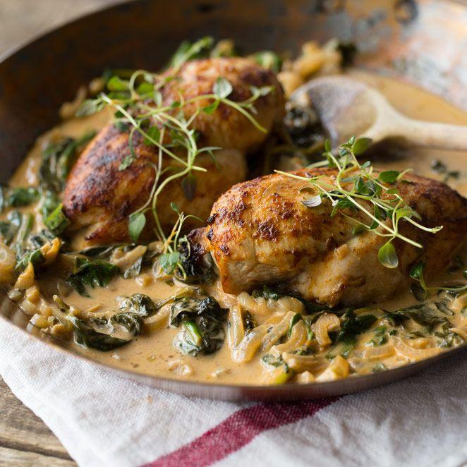 Lust auf ein einfaches, leckeres Hähnchen-Gericht?  Zusammen mit würzigem Spinat und einer ordentlichen Portion Knoblauch ist dieses Rezept dann vielleicht genau das richtige für dich.