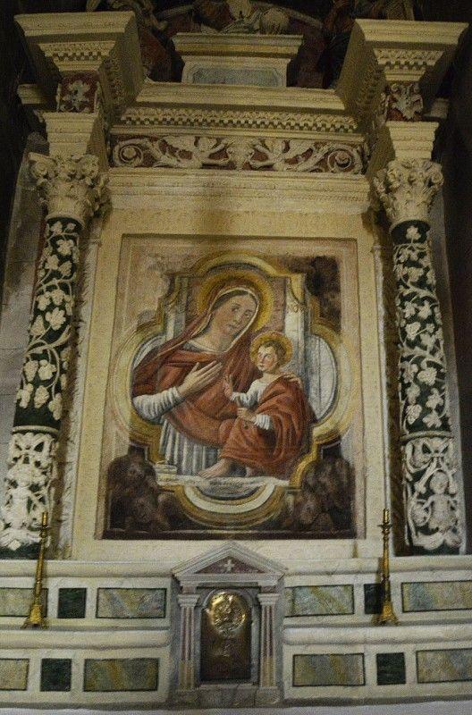 Матера (Matera) – найдивовижніше місто Італії: taras_palkov.  Фреска Мадонны делле Новая с Младенцем, которая находится в одном из алтарей.