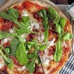 Un trozo de pizza acompañado de una cerveza helada o una copa de vino: una fórmula infalible de combinaciones infinitas.