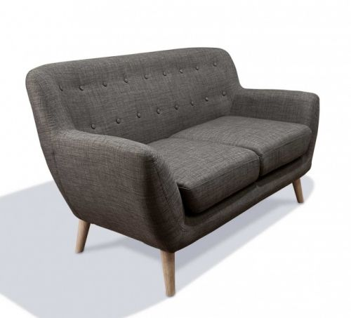Tøff og stiig Vigo 2-seter sofa i en behagelig mørk grå farge med retroinspirerte skråstilte ben. Varen leveres også som lenestol og 3-seter og selges både separat og som sett!Mål:Lengde 138 cmDybde 81 cmHøyde 82 cmMateriale:Tekstil - 100% polyesterBen - AskVarenummer:691034Varen krever enkel montering.