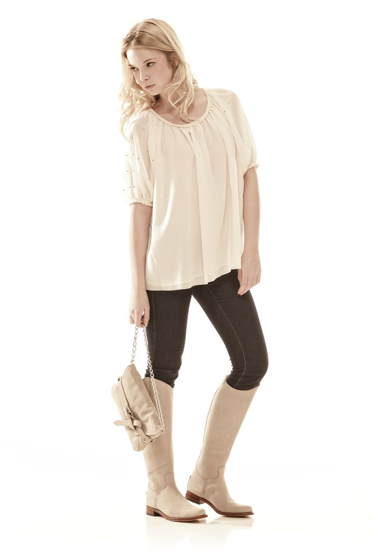 De Nevada Alta Taupe zijn stijlvolle taupe/beige laarzen hebben een hoge schacht en zijn daarmee perfect voor de langere vrouw. Te laars is te combineren met diverse modestijlen en najaarskleuren. De achterzijde van de laars is voorzien van een rits. #Bootsandwoods