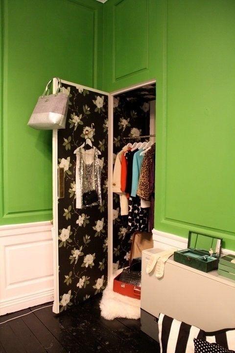S'il n'y a pas d'espace pour des étagères, vous pourriez toujours mettre un crochet à l'arrière de votre porte pour planifier votre tenue du lendemain.