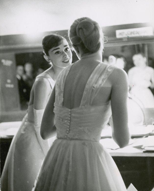 Audrey Hepburn e Grace Kelly, nos bastidores do Oscar, em 1956