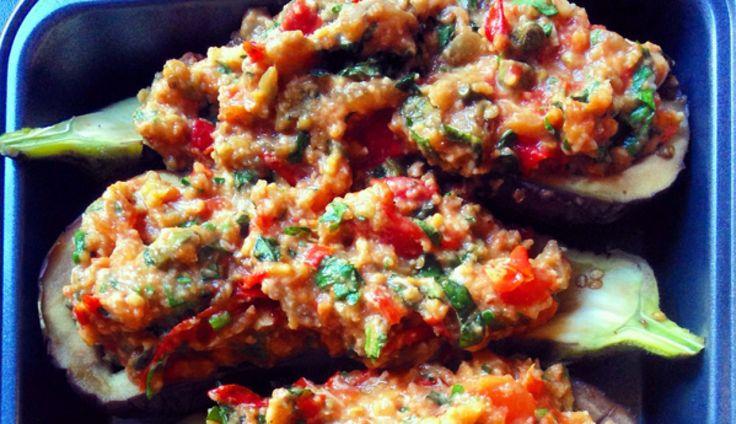 Dit recept voor gevulde aubergines uit de oven lazen wij in Allerhande. We pasten een paar kleine dingen aan om 'm nog lekkerder te maken. Succes verzekerd!...