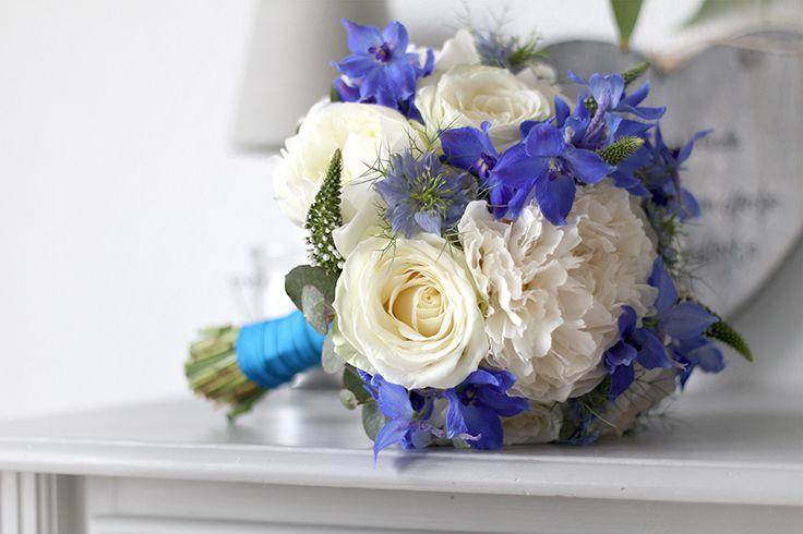 Romantiek! Trouwen met witte en blauwe bloemen. #avalancheroos #pioen #delphinium #eucalyptus