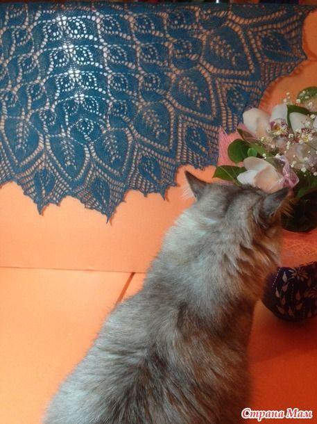 Здравствуйте, дорогие страномамочки! Вот выношу на ваш суд свою вторую шальку - Лепестки роз, от Ольги Бочкаревой.  Описание платное. Пряжа Лидия ч/ш ( 1613 м. в 100г) в две нитки.