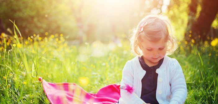 Jednoduchostí ke šťastnějšímu životu dětí – část 1. Když jsem byl malý, trávili jsme se sestrami veškerý čas s rodiči a prarodiči, jistě - chodili jsme do školky, ale odpoledne bylo jen naše. To byla snad jediná výhoda komunismu- pracovalo se od 6 do 14 a odpoledne byl čas na rodinu. Teď když jsem dospělý a mám vlastní dítě, tak malinko lituju toho, že musím pracovat od rána do večera. Budu si to muset nějak vyřešit :) Přinášíme Vám několik článků o rodinném životě, které nutí k zamyšlení.