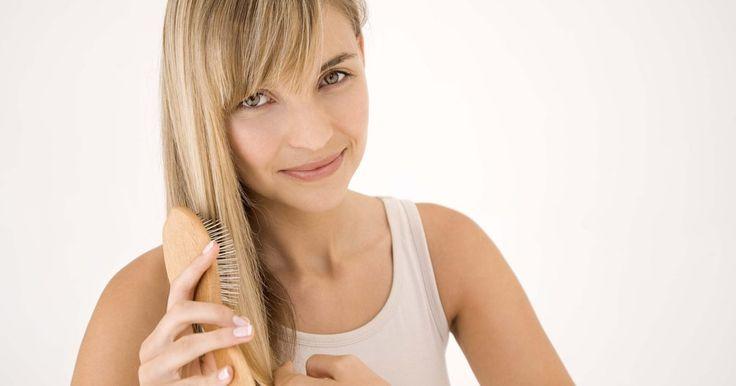 Cómo eliminar la grasitud del cabello. El cabello graso luce y se siente poco atractivo, y el exceso de grasitud puede arruinar hasta el peinado más halagador. Si bien una limpieza completa con champú puede eliminar el residuo graso del cabello, a veces simplemente no tienes tiempo de hacerlo. Los champús secos están diseñados para absorber la grasitud y puedes aplicarlos tan sólo ...