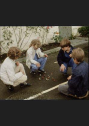 Filmarkivet.no: kr 20,00 Norsk Dokumentar, 1985, 23min Utendørs barnelek i Bergens gater og smug. Tradisjonelle leker vi trodde hadde tapt for TV-kulturen. En ekte tjuagutt kommenterer.