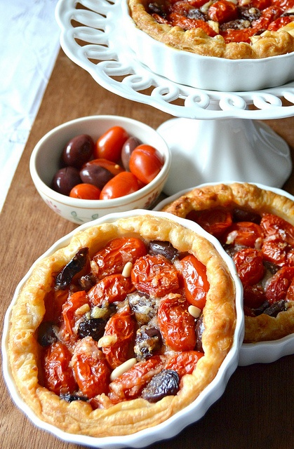 Tart con pomodoro e olive nere