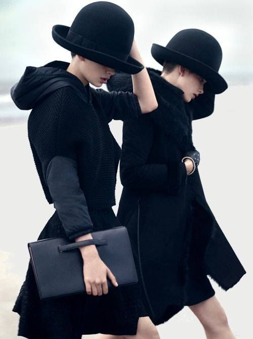 二人ともブラックコーデにしてみました。 顔の下半分が、見え隠れしていた。 手の露出も微妙。 黒が大勢で、かわいらしくみえる。