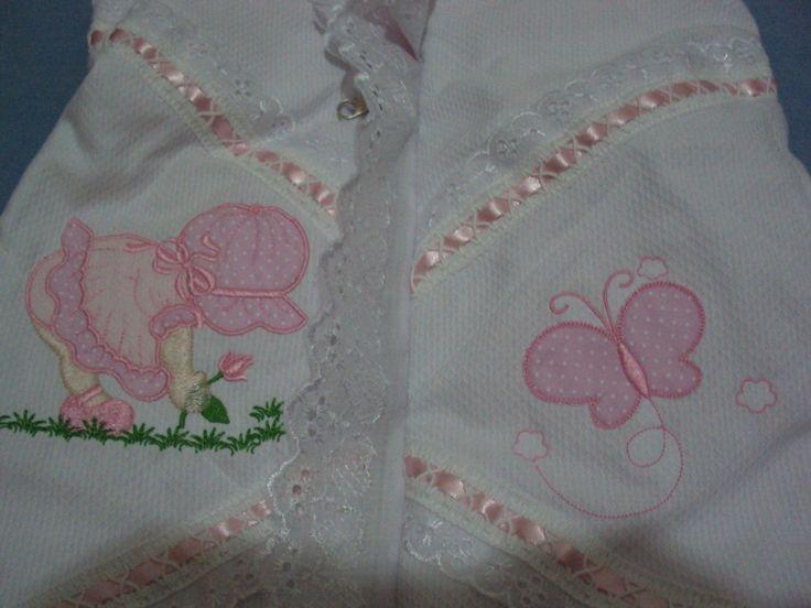 Saco para bebê, confeccionado em tecido de algodão interna e externamente, acolchoado, enfeitado com passa fita, bordado e babado em bordado inglês. Fechamento por ziper.  Medidas: 0,65 cm de altura X 0,45 cm de largura.