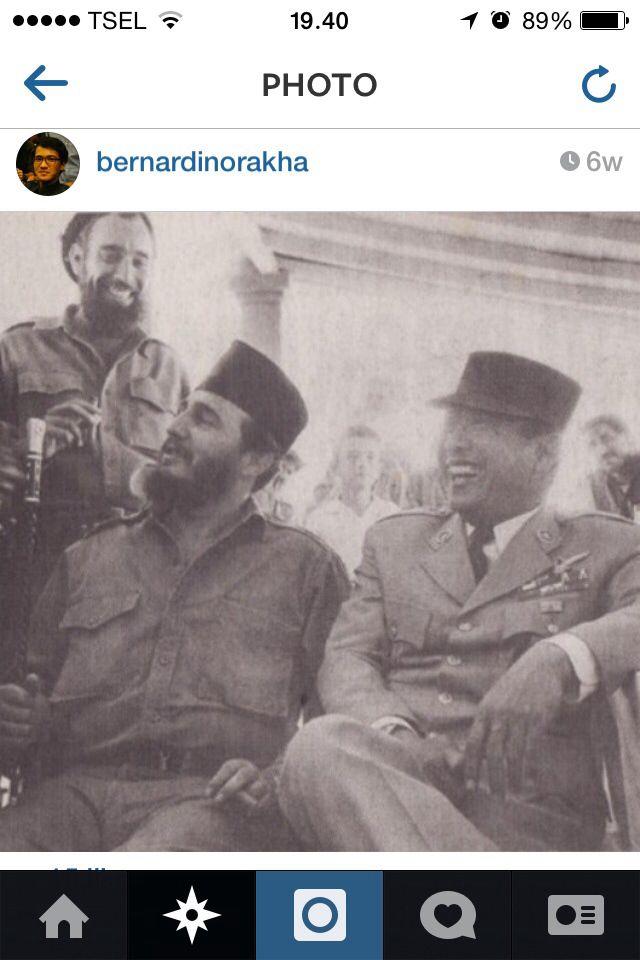 Sukarno dan Fidel berbagi cinderamata. Komunikasi politik lewat budaya.