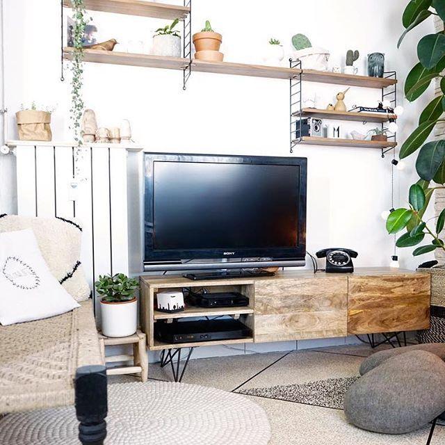 Sur le blog aujourd'hui // mon coin télé qui prend forme. Mon meuble tv @made_in_meubles_com est bien en valeur et mes plantes aussi 🌿💚🍃 Inspiração cantinho da TV em modo jungle. Queria dar sumiço na TV de vez, mas com a Netflix tá difícil. 😂Mas ainda acho uma solução ! . . . . #decor #inspiration #madecoamoi #details #sejour #cointv #bohemianstyle #bohemian #boho #vintage #retro #urbanjunglebloggers #urbanjungle #charpoy #blogdeco #stringpocket #scandinaviandesign #interiordesign…