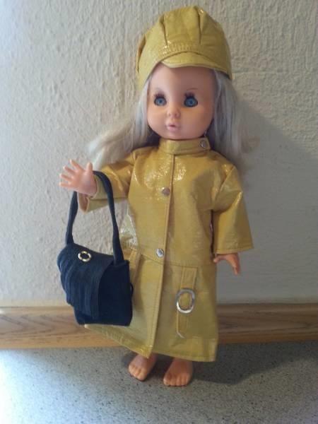 Pusle dukke i fin gul nappa frakke, hue og med sort taske