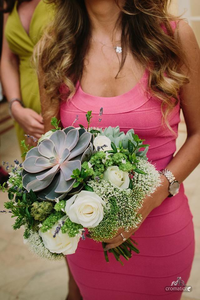Buchet alcatuit din plante suculente, trandafiri, lavanda, trachelium si busuioc