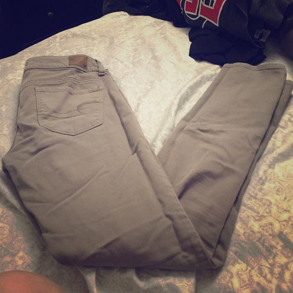 American eagle kaki skinny jeans! Perfect skinny jean to wear with anything! Fit loose, but great through the thigh and hips! American Eagle Outfitters Jeans Skinny