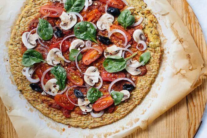 Pyszna pizza na spodzie z kalafiora (na Diecie Venus)