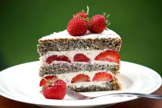 Jahodovo - maková torta    Recept s foto postupom na sviežu letnú tortičku, opäť veľmi jednoduchú.