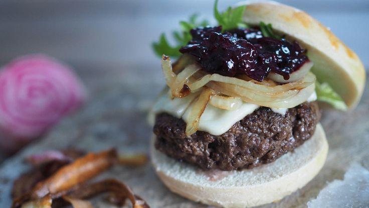 Elgburger med rotgrønnsakschips, karamellisert løk og skogsbærsaus