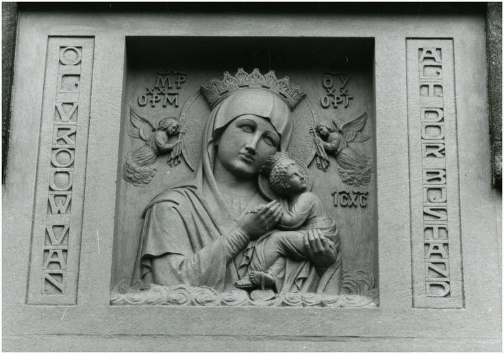 Beeldende Kunst, Frankrijkstraat 101 - klooster fraters van Tilburg. Mariabeeld met Kindje Jezus, situatie vlak voor de afbraak van het klooster, 20-02-1989 - RHCe : Stawinski, P. (fotograaf) - 1989