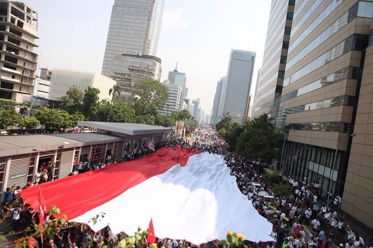 Giant flag in the center of Jakarta after the President inaguration, 2014