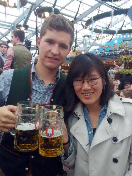 Reporterin Minji Yao bei der Arbeit: Im Schottenhamel-Zelt wurde sie von Konrad...